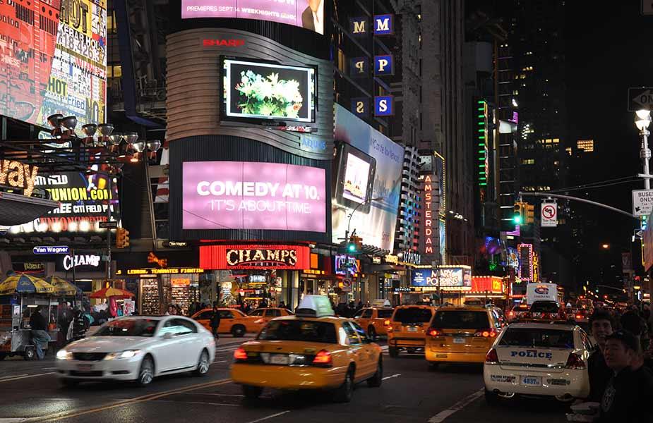 Times Square in New York in de avond met al de verlichting