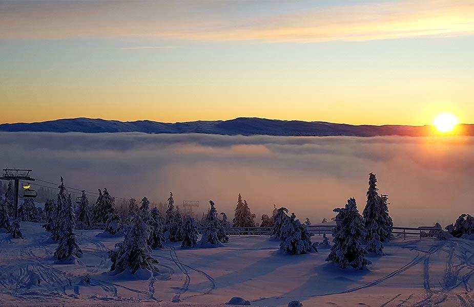 Prachtig winterlandschap in Noorwegen bij zonsondergang