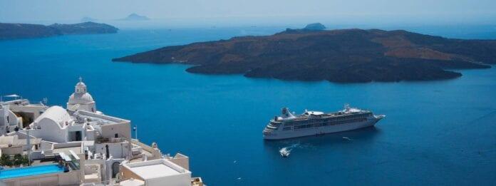 Cruiseschip voor de kust van Santorini Griekenland