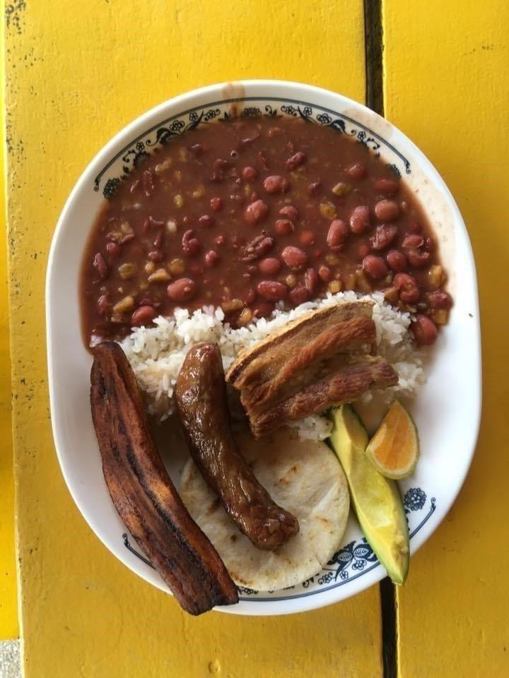 Typisch eten in Colombia, niet pikant, dus je kunt het veilig eten