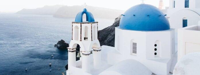 Wit gebouw op Santorini met uitzicht op zee