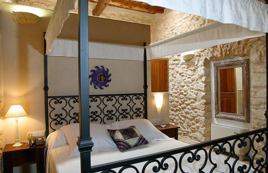 Interieur van een de kamers van Can Lluc op Ibiza