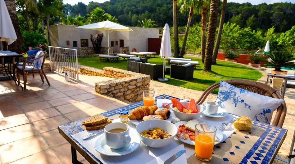 Ontbijt in de tuin van Can Lluc op Ibiza