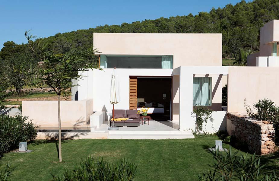 De tuin van de villa kamers in Can Lluc Ibiza