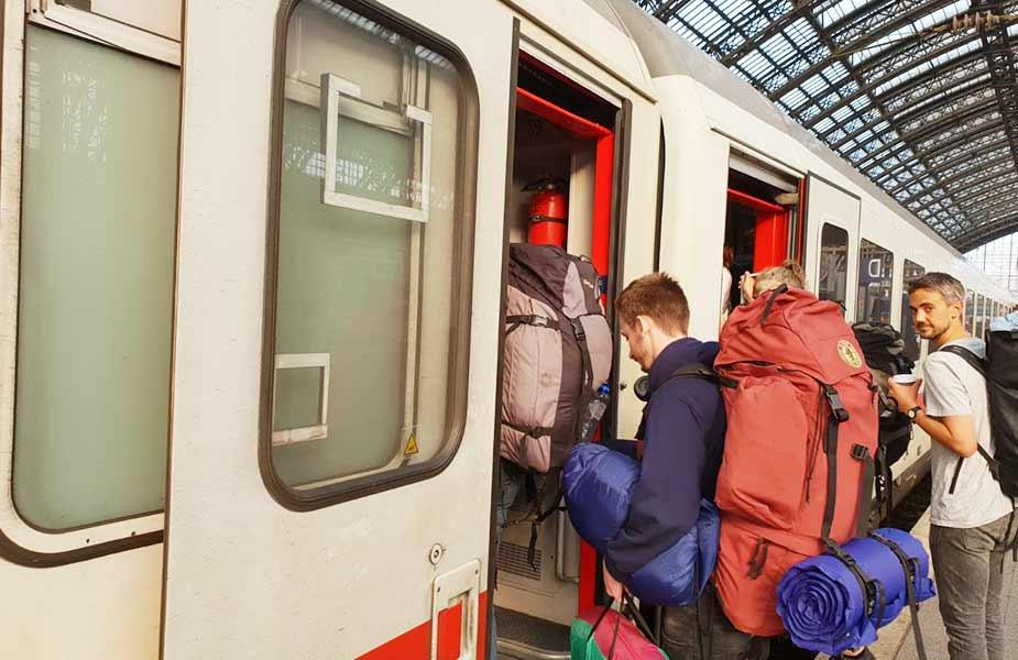 Instappen in de trein op het perron