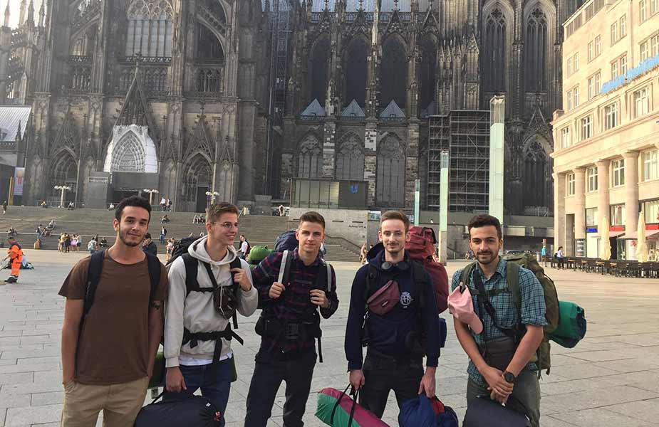 Met de reisgenoten voor de kathedraal in Keulen