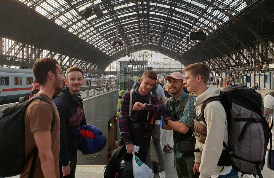 Marouane en vrienden op het station