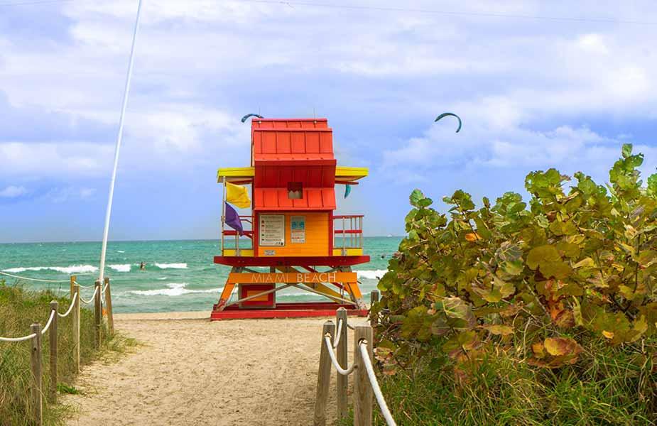Strandwachthuisje op het strand van South Beach in Miami