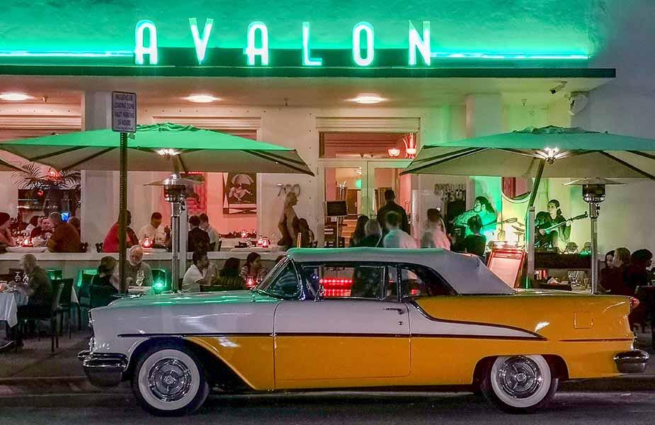 De neon verlichting aan de boulevard van South Beach in Miami