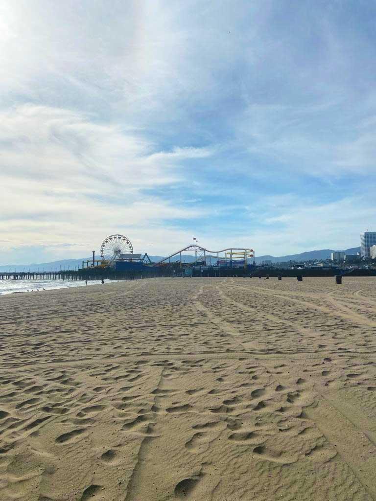 Het brede zandstrand van Santa Monica Beach