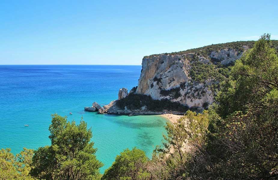 Een mooi gelegen strand op Sardinie in Italie