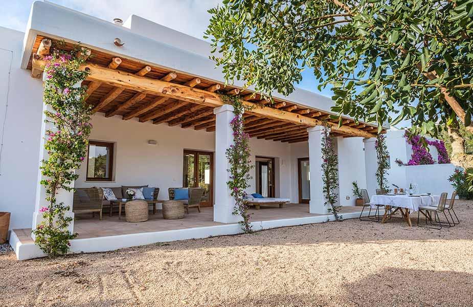 Terras en tuin van Villa Can Prats bij Can Lluc