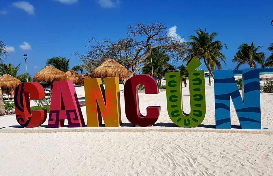 Het Cancun bord op het strand