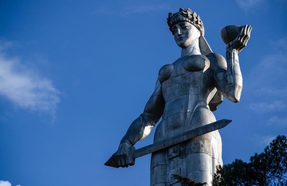 Kartlis Deda standbeeld vrouw zwaard weegschaal Tbilisi door Mostafa Meraji Unsplash
