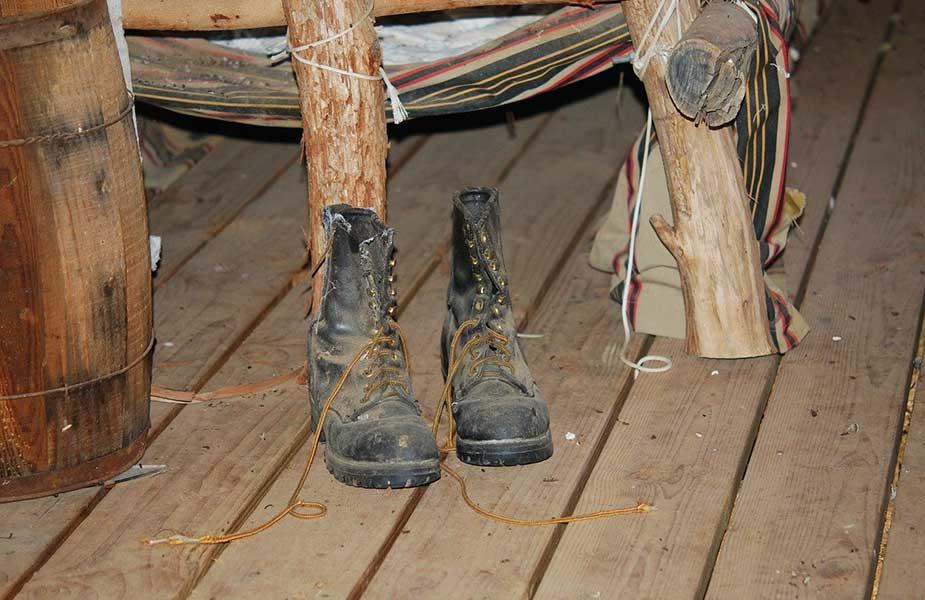 Oude schoenen op een houten vloer