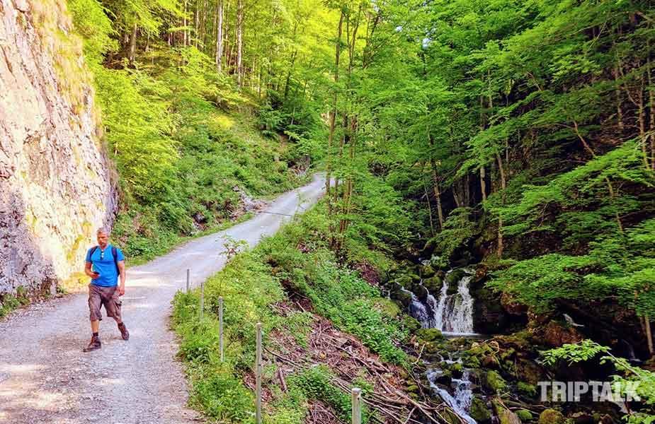 Hiken bij Appenzell:, wandelen over het soms steile pad naar Brulisau