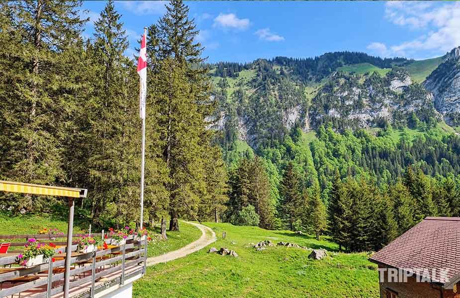 Terras en uitzicht van Plattenbodeli bij Samtisersee, even uitrusten tijdens het hiken bij Appenzell