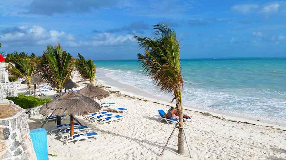 Zonnen op  het strand van Cancun