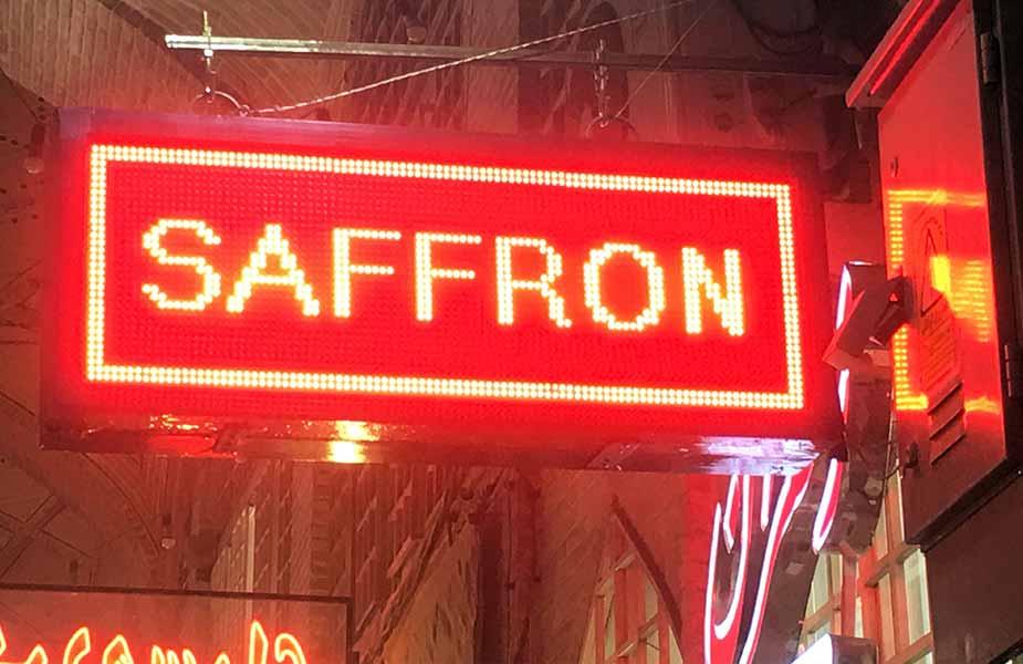 Bordje of bazar waar ze saffraan verkopen