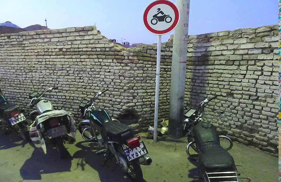 Brommers in Teheran bij een verbod bord