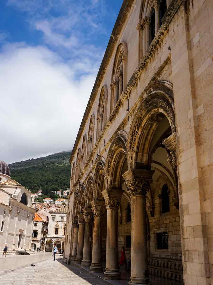 Straat in de oude stad van Dubrovnik, leuk om te bezoeken tijdens een stedentrip Dubrovnik