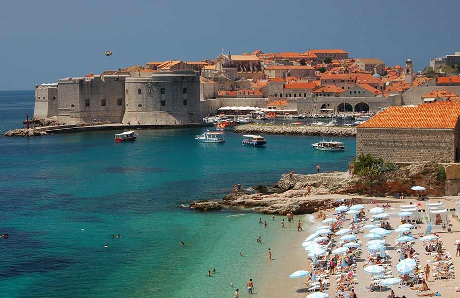 Strand bij Dubrovnik en zicht op de oude stad