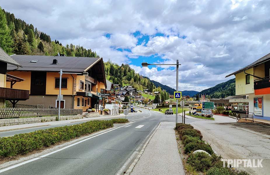 Straat in het centrum van Bad Kleinkirhheim