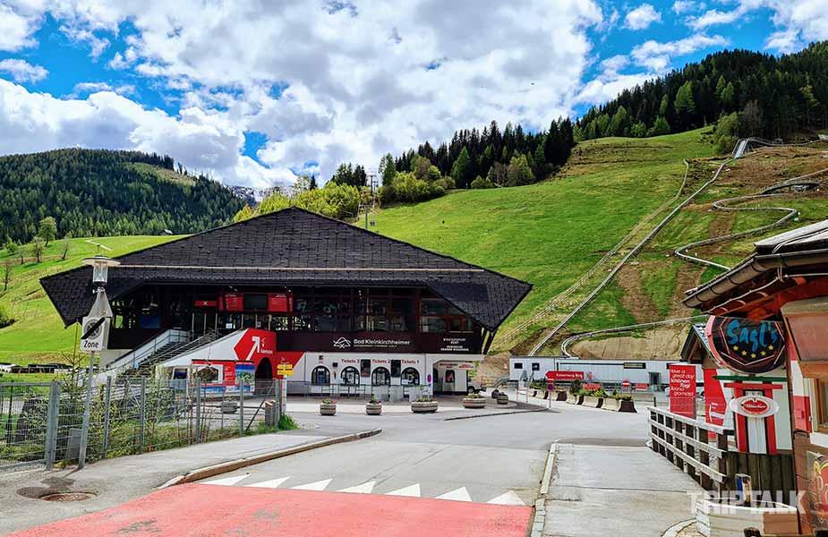 Het dalstation met de kabelbaan en de rodelbaan
