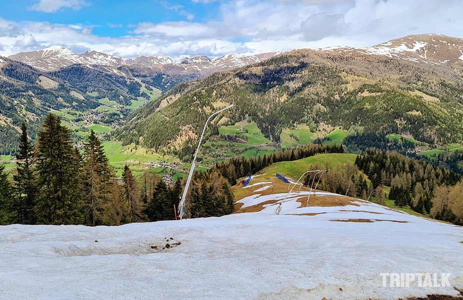 Skipiste met nog sneeuw in Bad Kleinkirchheim