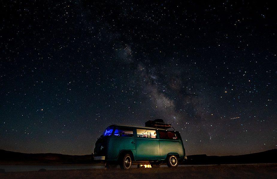 De volkswagen bus onder een prachtige sterrenhemel