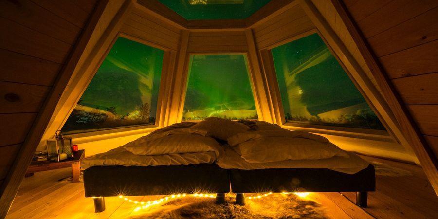 Genieten van het noorderlicht vanuit je kamer in Aurora Hideaway in Lapland