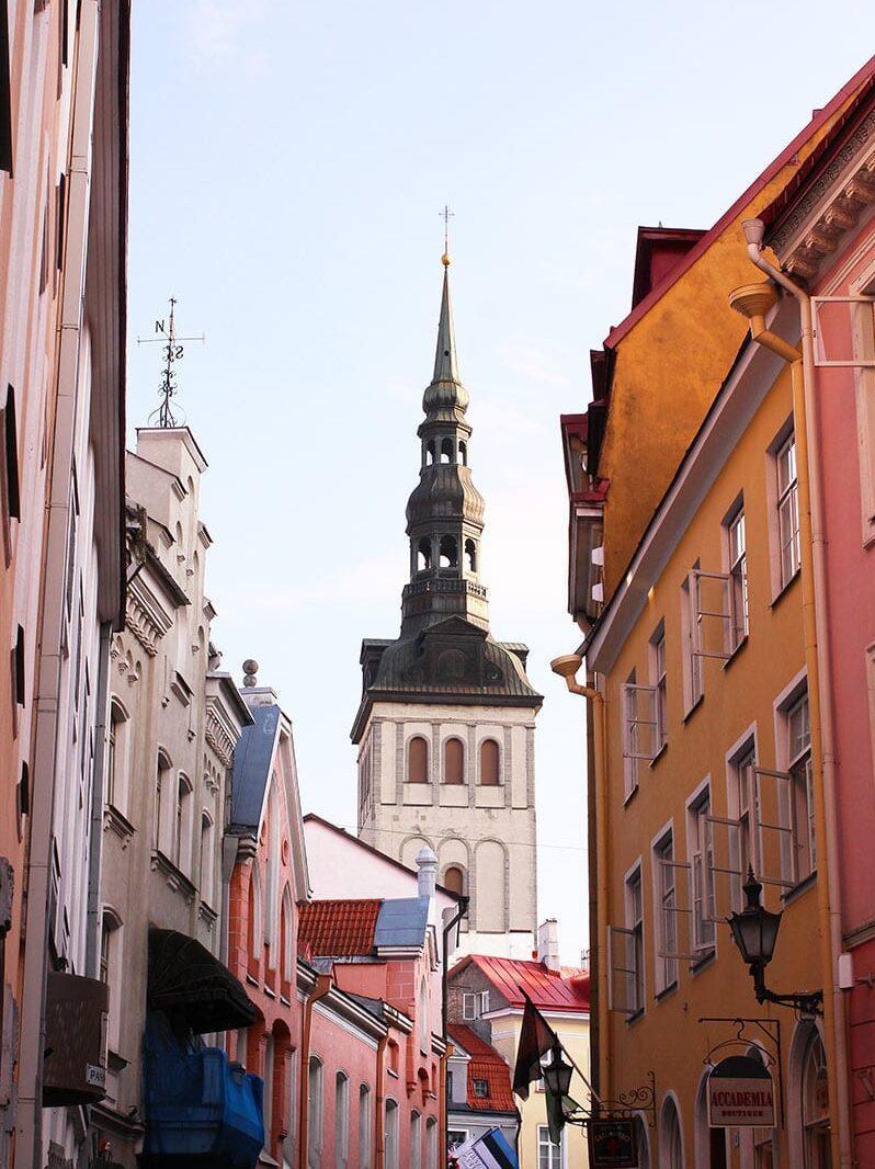 Straten met gekleurde huizen in Tallinn